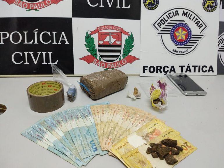 Polícia Militar - Entorpecentes, celular e dinheiro foram apreendidos durante ação policial
