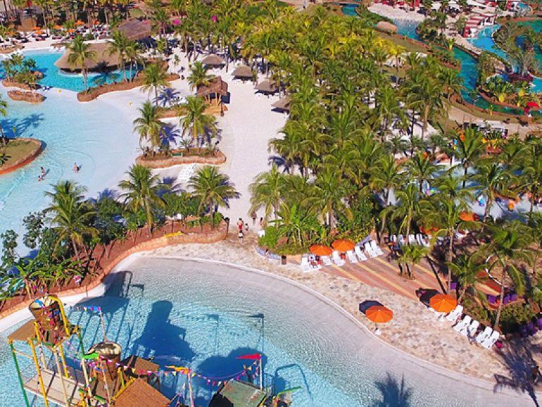 Com areia, 14 tipos de ondas, coqueiros, barracas de sapê e bares há a Praia Hot Beach