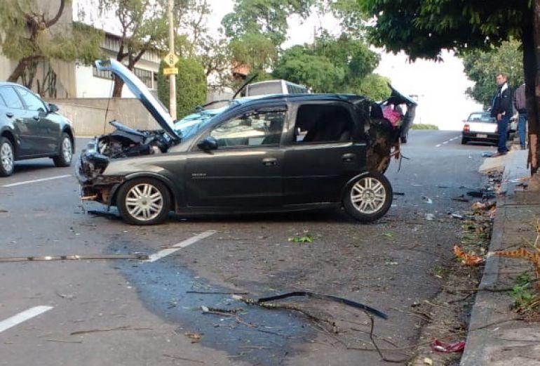 Polícia Militar de Dracena - Por motivos desconhecidos, mulher perdeu o controle do GM Corsa, levando veículo ao capotamento