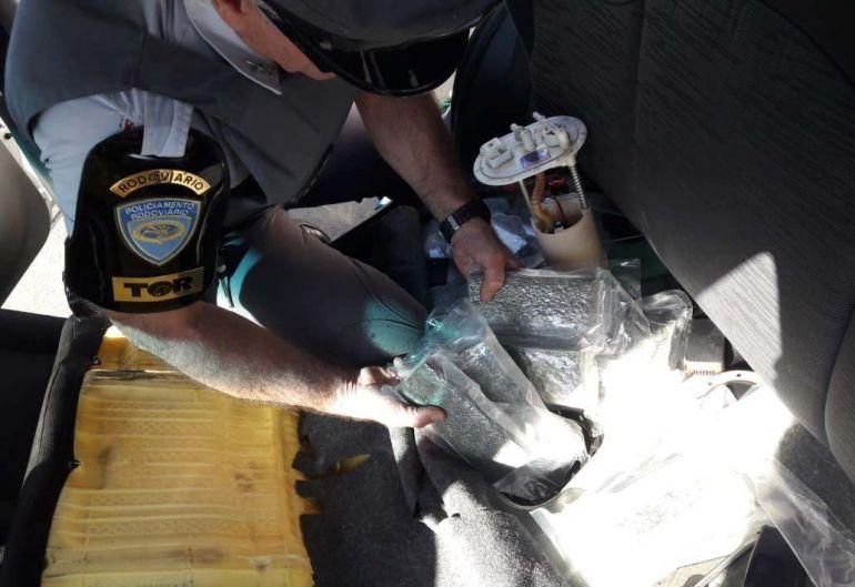 PMR - Mais de 22 kg de maconha estavam dentro do tanque de combustível de um Fiat/Uno