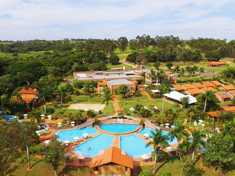 Vista panorâmica do parque aquático e acomodações do Terra Parque Eco Resort
