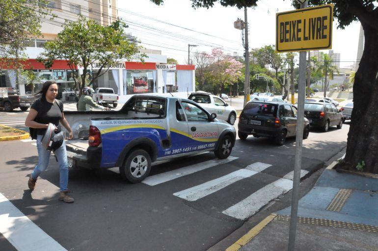 José Reis - Transeunte é obrigada a atravessar fora da faixa de pedestre