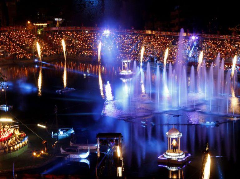 O espírito mágico do Natal contado em espetáculo de som, luz e fantasias, no Lago Joaquina Rita Bier