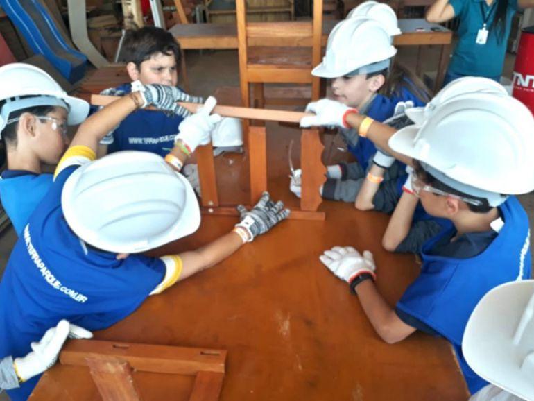 Crianças participam de atividades na Estação de Reaproveitamento de Madeiras, no Terra Pedagógico