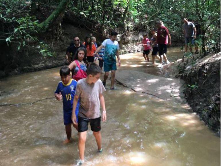 Hóspedes participam de caminhada pelas trilhas ecológicas do Terra Parque Eco Resort