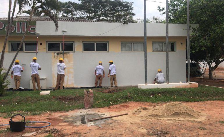 Polícia Civil - Após aulas de pintura, reclusos efetuaram a parte prática do curso na delegacia