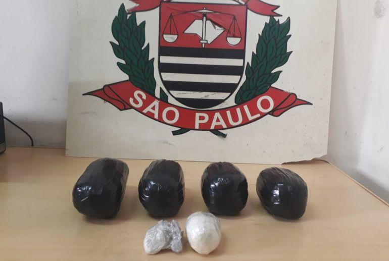 Polícia Civil - Invólucros de cocaína estavam em poder de uma mulher, hospedada em um hotel no centro