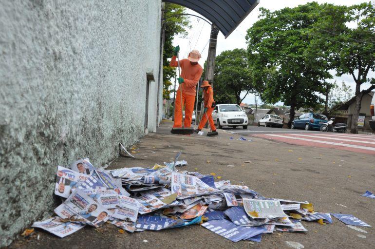 José Reis - Varredores garantiram a limpeza das vias prudentinas, após eleições