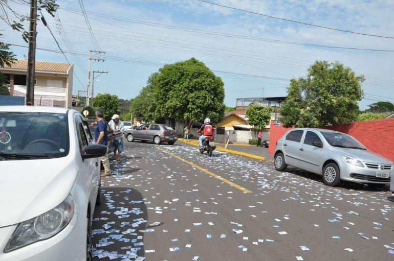 José Reis - Santinhos foram dispersos no entorno das seções eleitorais e ruas de Prudente