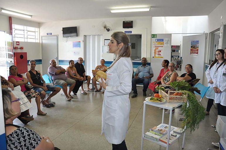 José Reis - Juliana faz reuniões com hipertensos e diabéticos para ensinar a reutilizar alimentos e melhorar a saúde