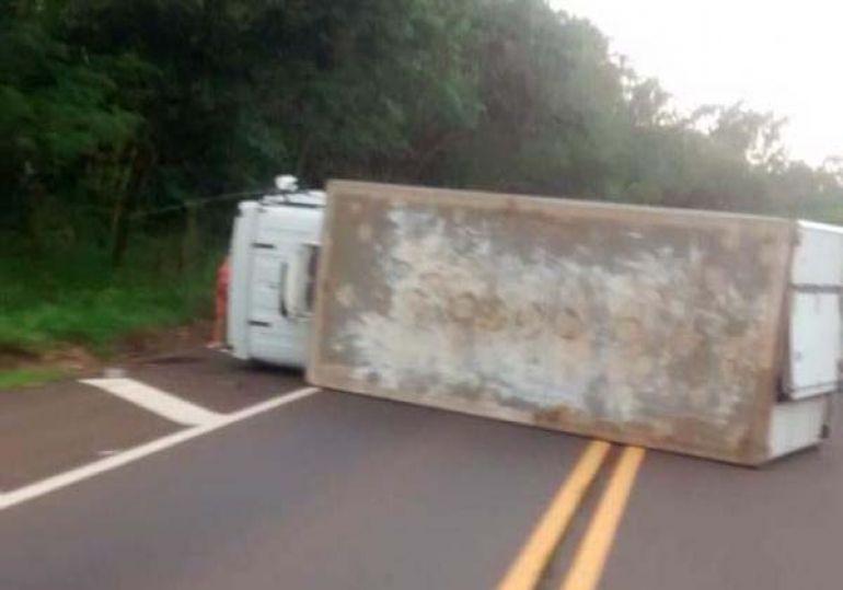 Cedida / Folha Regional - Veículo transitava no sentido Lucélia a Flórida Paulista quando, por motivos não esclarecidos, perdeu o controle e tombou
