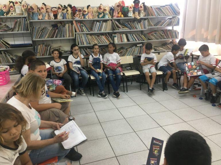Roda de leitura com indicações de livros e cada aluno faz uma síntese sobre o livro que leu (4º ano A)