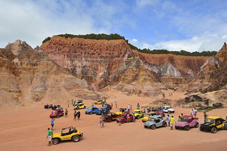 Turistas chegam às Falésias numa rápida viagem de buggy, de 8 km pela praia