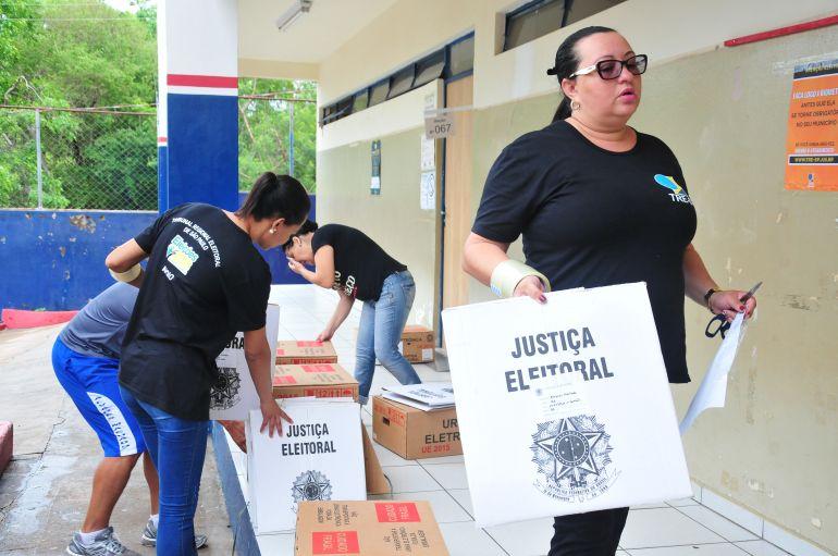 Marcio Oliveira - Dispositivos chegam lacrados nas escolas que se transformam em seções eleitorais
