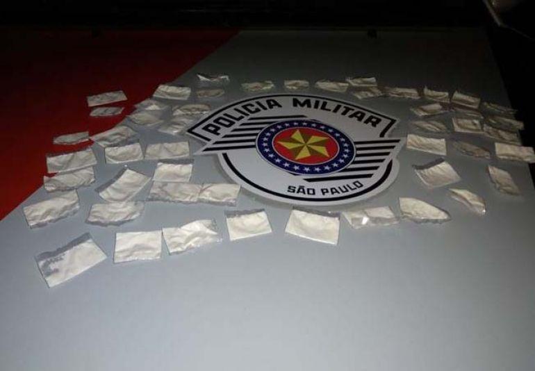 Polícia Militar - Entorpecentes estavam dentro de uma sacola, escondida em fundo falso da porta do passageiro