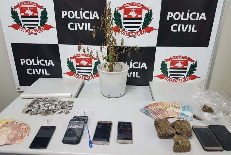 Polícia Civil - Além dos entorpecentes, policiais recolheram quantia em dinheiro e 6 aparelhos celulares