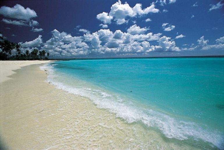 Águas cristalinas e incrivelmente azuis da Praia de Bayahibe, ponto de partida para passeios à Ilha Saona