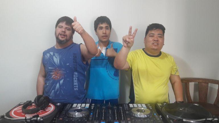 """Cedida: Professor Jorge e DJ Ricardo estão ansiosos para atuação dos novos DJ's;Pedro Henrique, Patrick e Denis vão """"botar pra quebrar no baile"""" desta noite"""