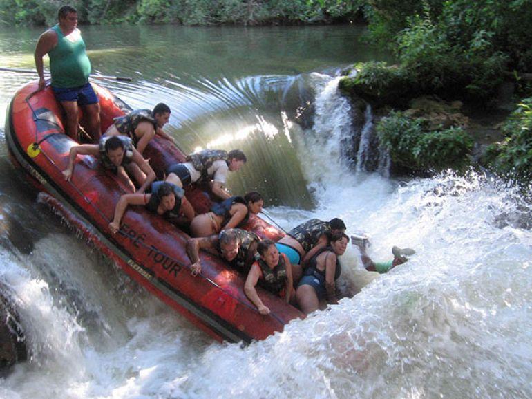 Uma das principais atrações é o rafting de 8 km feito em balsas de borracha infláveis até a Ilha do Padre
