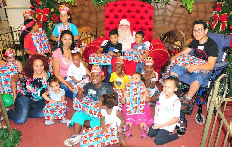 José Reis - 25 crianças foram selecionadas para receber o brinquedo antecipadamente do Papai Noel