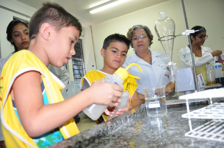 José Reis - Crianças realizam experimentos em oficina de química na Fundação Inova