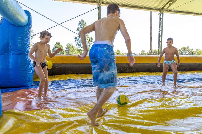 Divulgação/Wagner Ribeiro - Futebol de sabão está entre as atividades ofertadas durante a hospedagem no complexo de lazer