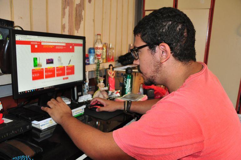 """José Reis - O estudante Yuri faz compras pela internet há três anos: """"Muito mais barato"""""""