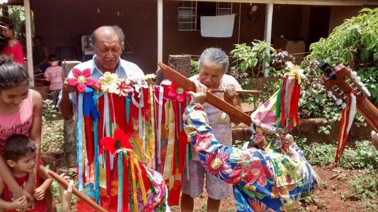 Cedida/ Cia. de Reis Ribeirão Bonito Iepê:Moradores recebem Cia de Reis Ribeirão Bonito e agradecem bênçãos recebidas do Salvador