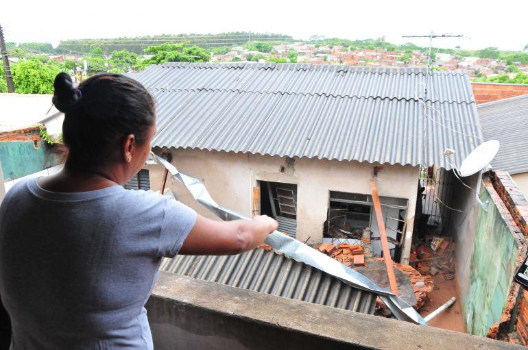 Marcio Oliveira - Do alto da casa que dá fundos a do casal de 20 anos, é visível a destruição