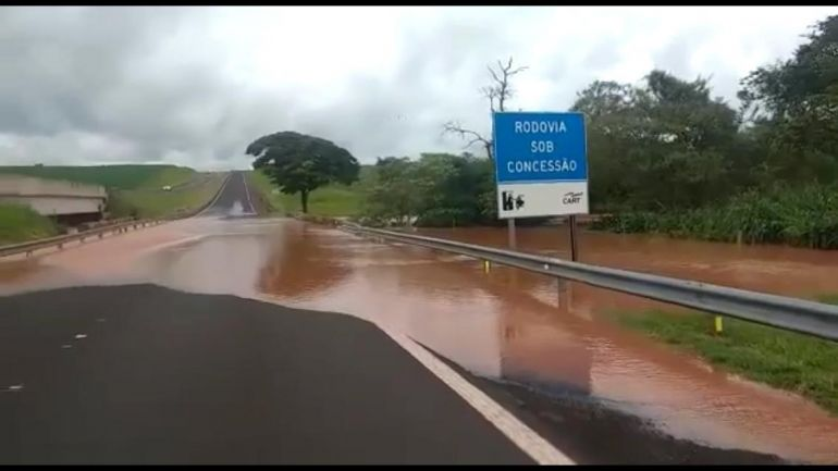 Facebook/Reprodução - Água da represa invadiu a pista depois de rompimento de barragem