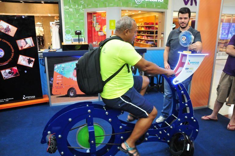 """Marcio Oliveira - """"Bicicleta geradora de energia"""" é um dos equipamentos interativos do espaço"""