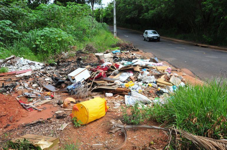 Marcio Oliveira - Prefeitura ressalta que descarte de lixo em ambientes inapropriados configura crime ambiental
