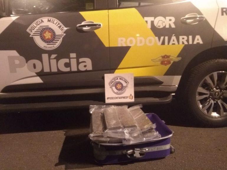 Polícia Militar Rodoviária - Drogas estavam escondidas na mala da passageira, dentro de bagageiro