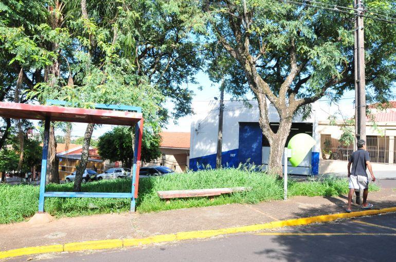 Marcio Oliveira - Praça Messa Buchalla está literalmente coberta pelo matagal e calçadas quebradas