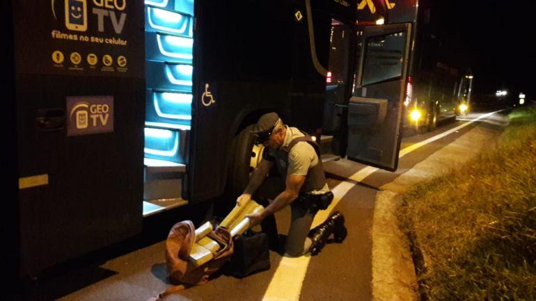 Polícia Militar Rodoviária - Fiscalização na SP-270 prendeu duas mulheres por tráfico de drogas