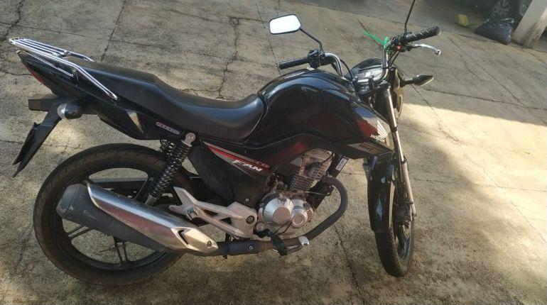 Polícia Civil - Na motocicleta, homem abordava supostas vítimas nas ruas de Adamantina