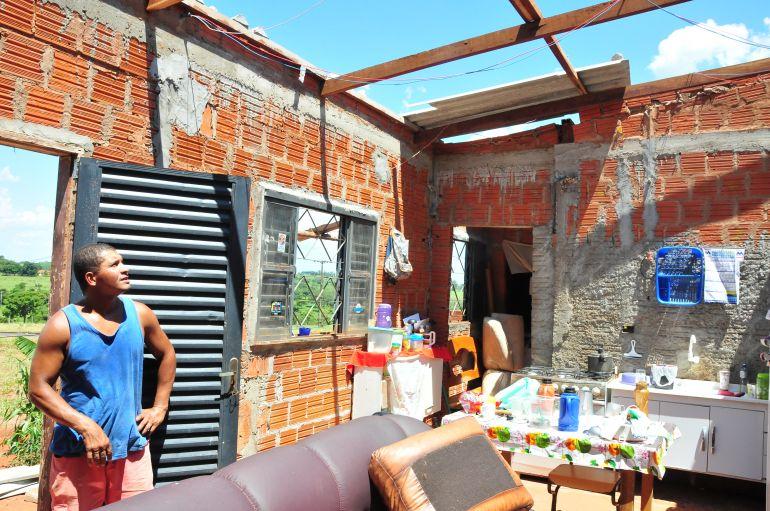 Marcio Oliveira - Leonardo mostra que todos os cômodos da casa ficaram destelhados após tempestade