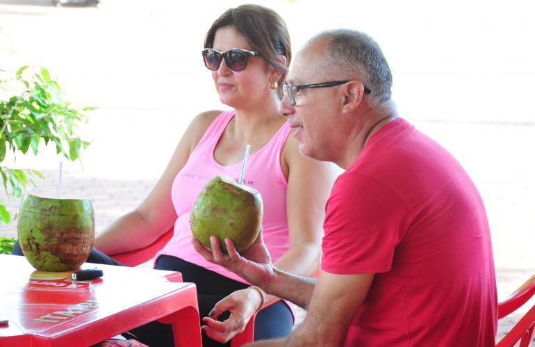 Marcio Oliveira - Rosenez e Alcir, após caminhada, optaram pela água de coco para a hidratação