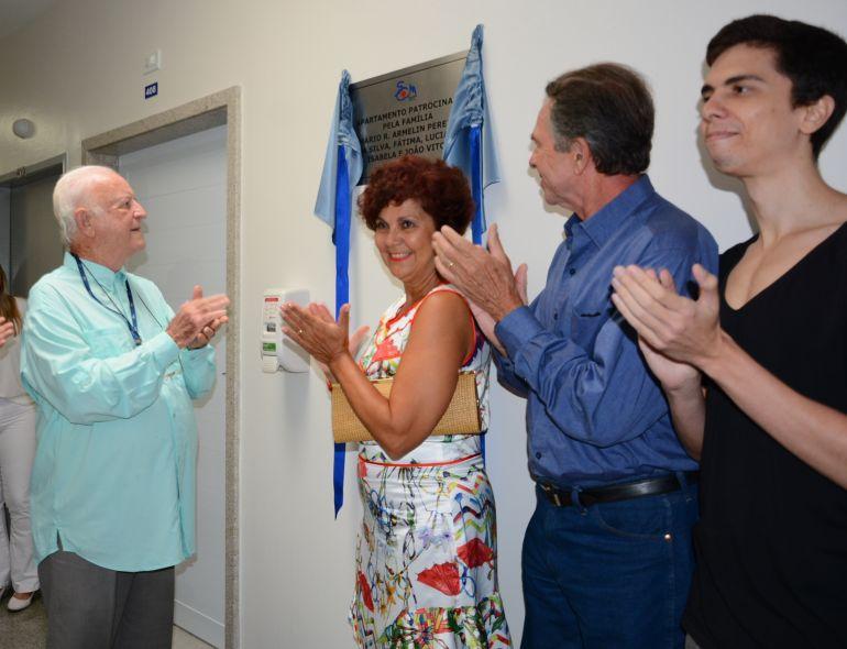 José Antonio Salas Molina, diretor da Santa Casa, com o pecuarista Mário Armelin Pereira da Silva, esposa Fátima Andrade e o filho João Victor